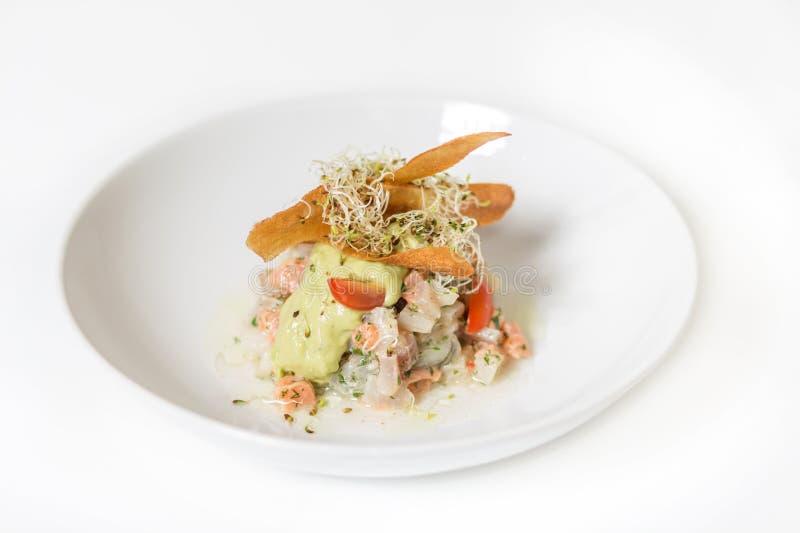 Ceviche Salat mit Lachsen und Gemüse stockfotos