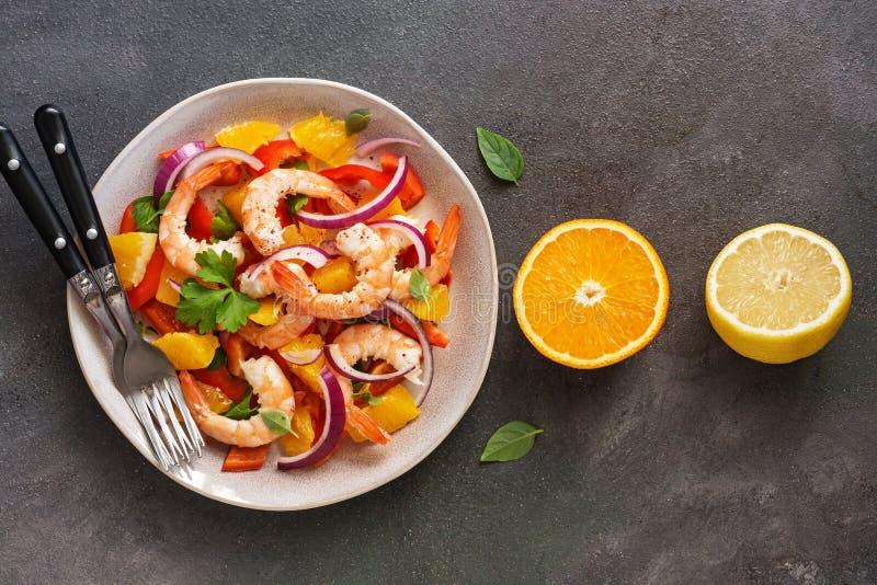 Ceviche sallad med räkor och apelsiner på en mörk lantlig bakgrund Latin - amerikansk mat B?sta sikt, lekmanna- l?genhet, kopieri royaltyfri fotografi