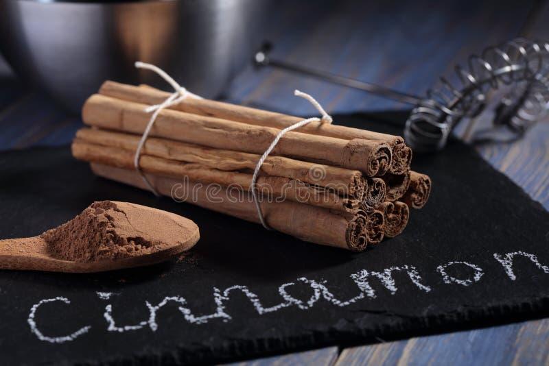 Ceylon kanelbruna pinnar och pulver arkivbilder
