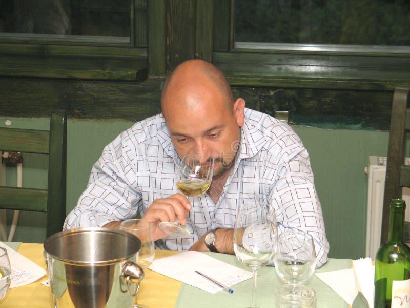 Download Cezar Ioan 编辑类照片. 图片 包括有 口味, 酒精, 新闻记者, 陪审员, 空白, 新闻, 饮料 - 30332181