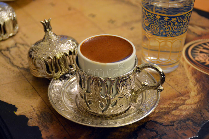 cezve κρύο γυαλί espresso καφέ όπως το εξυπηρετούμενο μικρό τουρκικό ύδωρ στοκ φωτογραφία