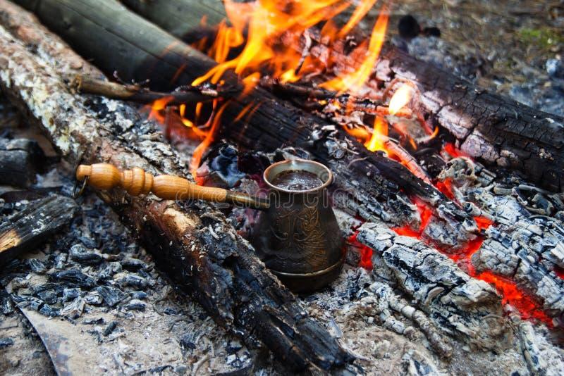 Cezve con caffè caldo su un falò immagine stock