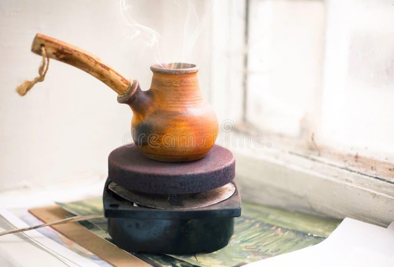 Cezve di caffè su una piccola stufa immagini stock libere da diritti