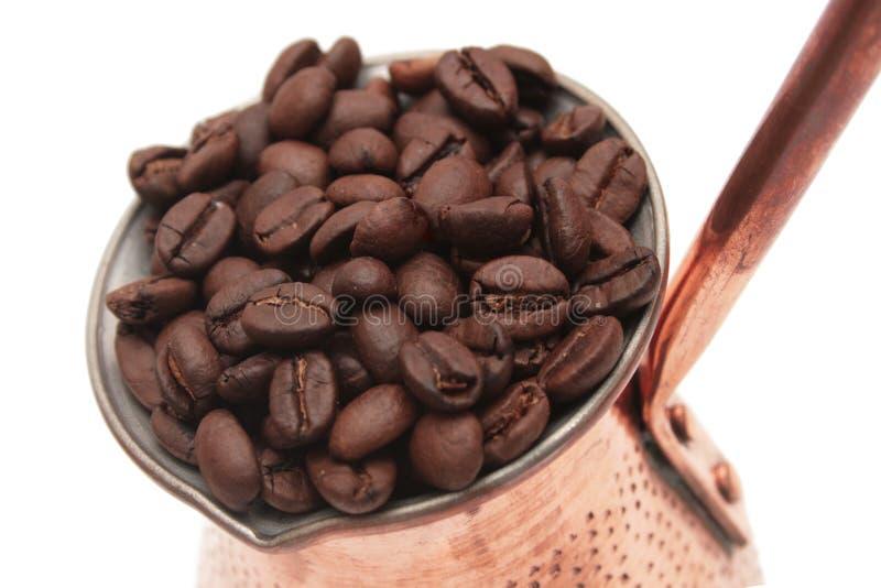 Cezve mit Kaffeebohnen. lizenzfreie stockfotos