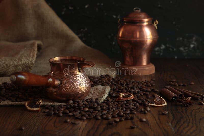 Cezve-tradycyjna filiżanka kawy, torebki i kubek na starym zardzewiałym tle. Fotografia ciemnego jedzenia fotografia royalty free