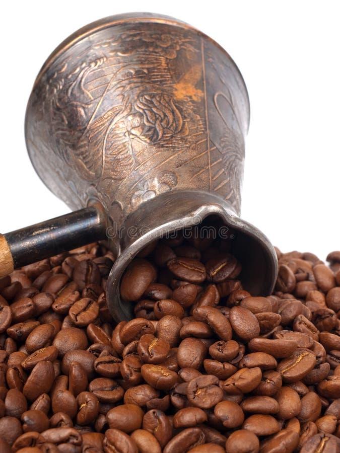 Cezve und Kaffeebohnen lizenzfreies stockbild
