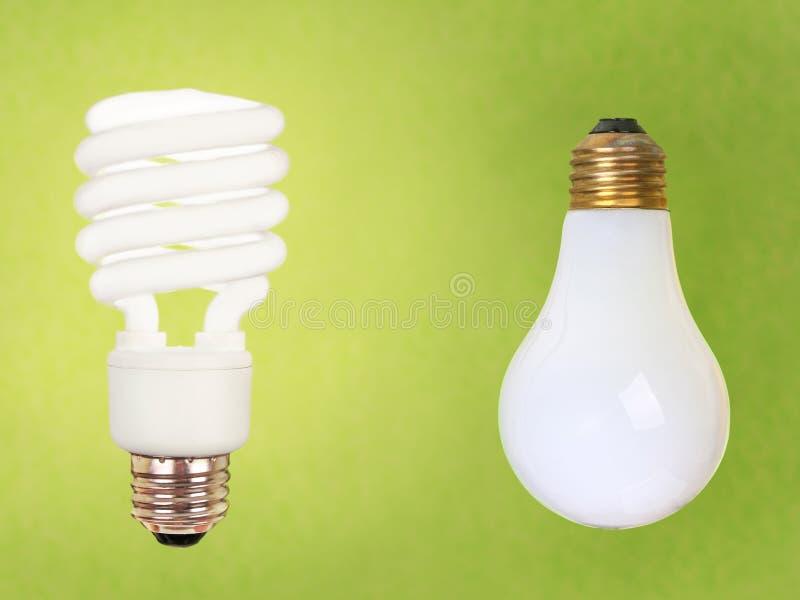 CFL e bulbos regulares no verde foto de stock royalty free