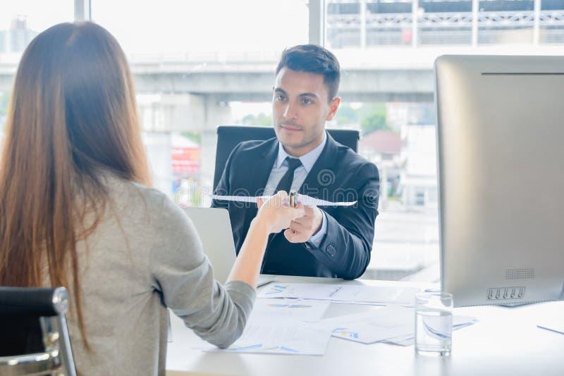 CFO ou o Diretor Financeiro veem relatórios sumários financeiros com seu secretário e discutem-nos sobre o crescimento futuro e foto de stock
