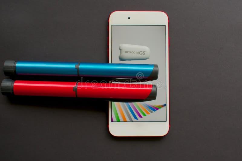 CGM发射机和电话血糖监视的app 免版税库存照片