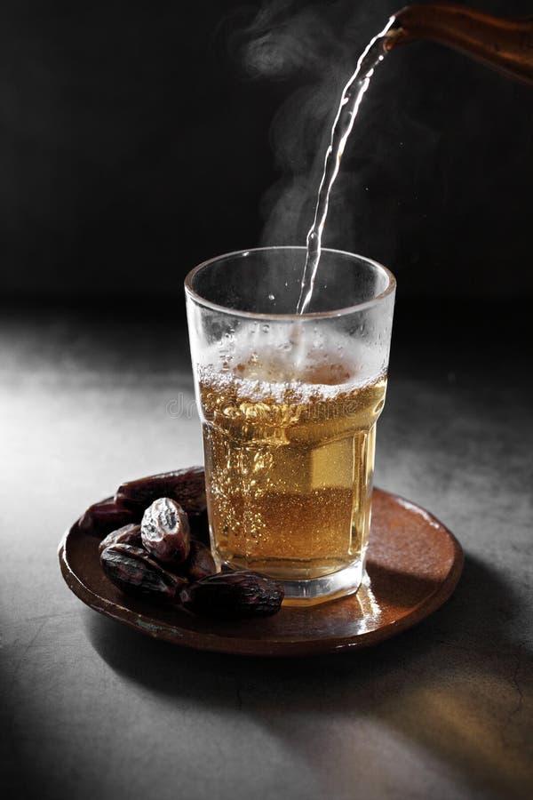 Chá árabe e dá frutos em pano de fundo concreto fotos de stock