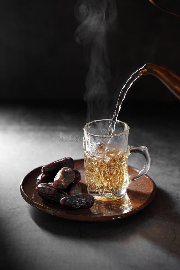 Chá árabe e dá frutos em pano de fundo concreto fotografia de stock royalty free