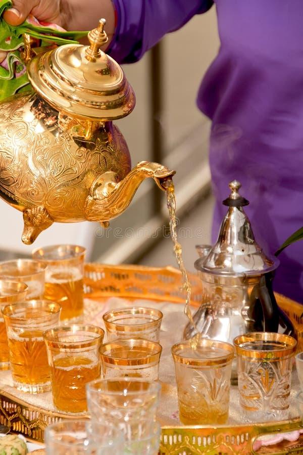 Chá árabe serido em um teapot dourado fotografia de stock