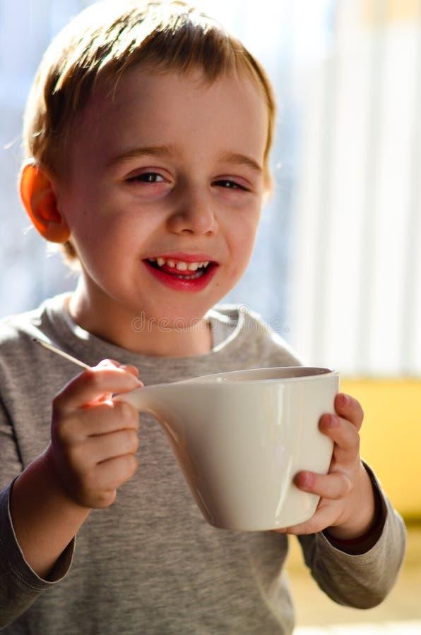 Chá bebendo da criança bonito foto de stock royalty free