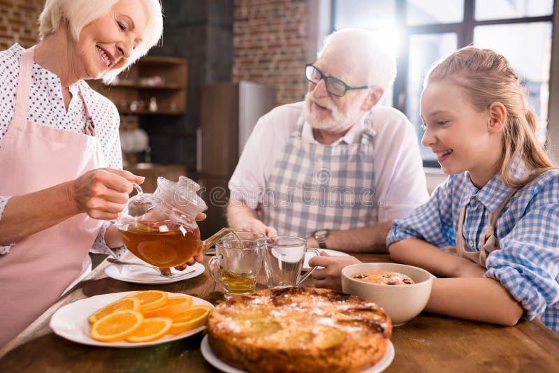 Chá bebendo da família em casa imagens de stock