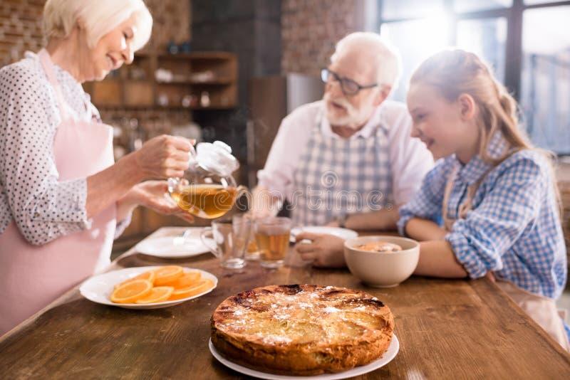 Chá bebendo da família em casa imagem de stock royalty free