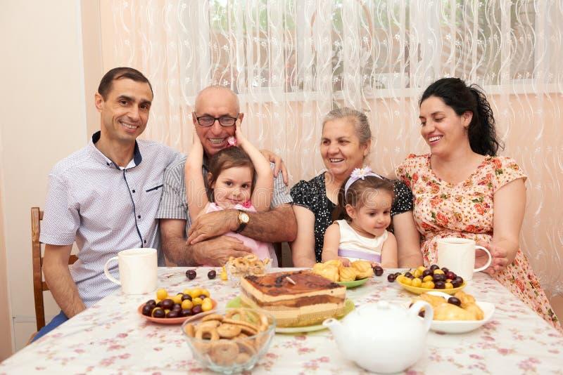 Chá bebendo da família grande na sala de jantar imagem de stock royalty free