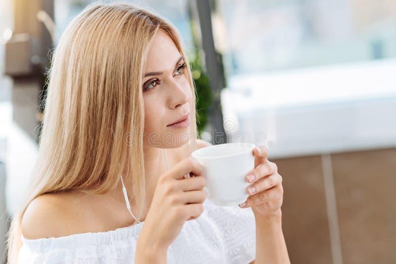 Chá bebendo da jovem mulher pensativa imagem de stock