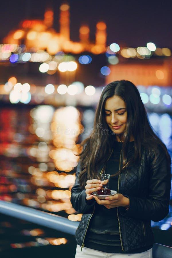 Chá bebendo da menina em Istambul foto de stock