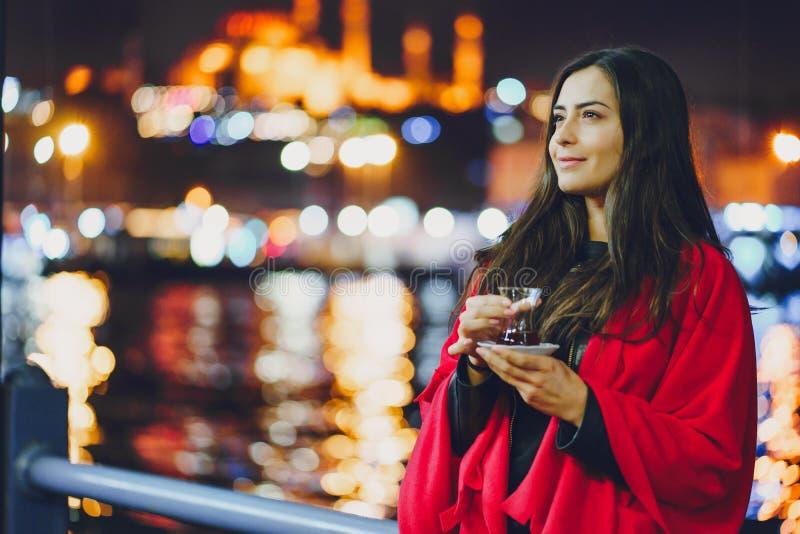 Chá bebendo da menina em Istambul imagens de stock royalty free