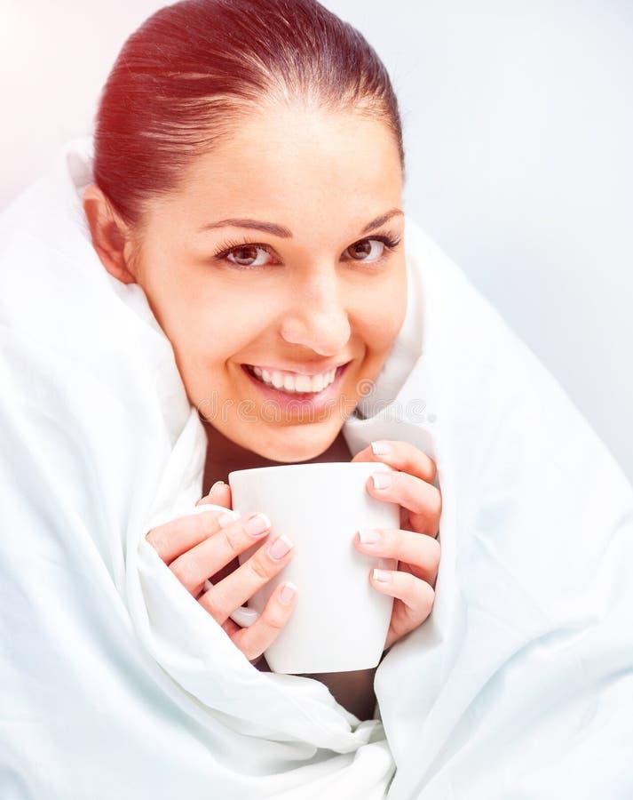 Chá bebendo da mulher bonita fotos de stock royalty free
