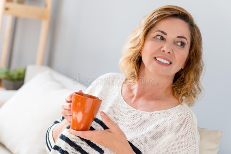Chá bebendo da senhora consideravelmente superior com alegria imagens de stock royalty free
