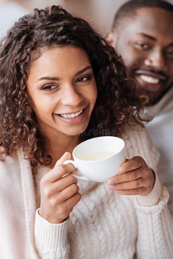 Chá bebendo de sorriso dos pares afro-americanos no café imagens de stock