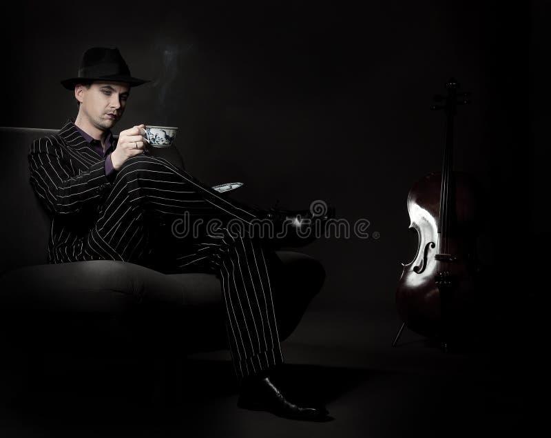 Chá bebendo do homem imagem de stock royalty free