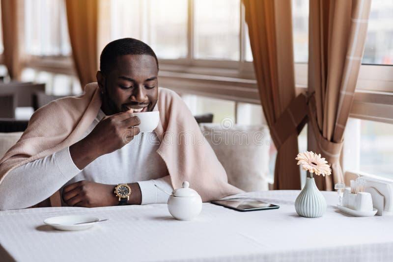 Chá bebendo do homem afro-americano com alma no café imagem de stock royalty free