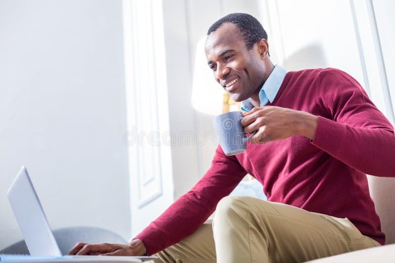 Chá bebendo do homem feliz alegre foto de stock royalty free