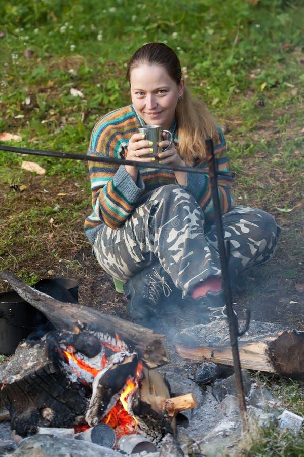 Chá bebendo do turista fêmea fotos de stock