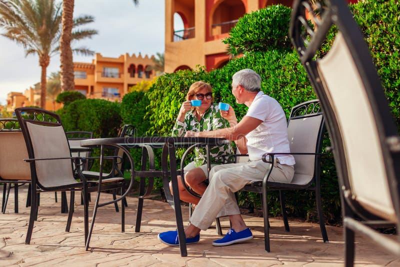 Chá bebendo dos pares superiores no café do hotel Povos que apreciam férias Dia do `s do Valentim fotografia de stock royalty free