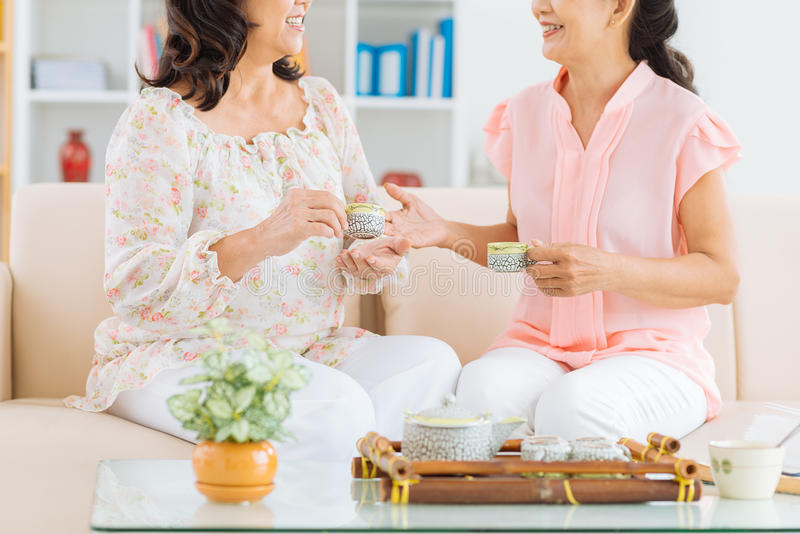 Chá bebendo e fala fotos de stock royalty free