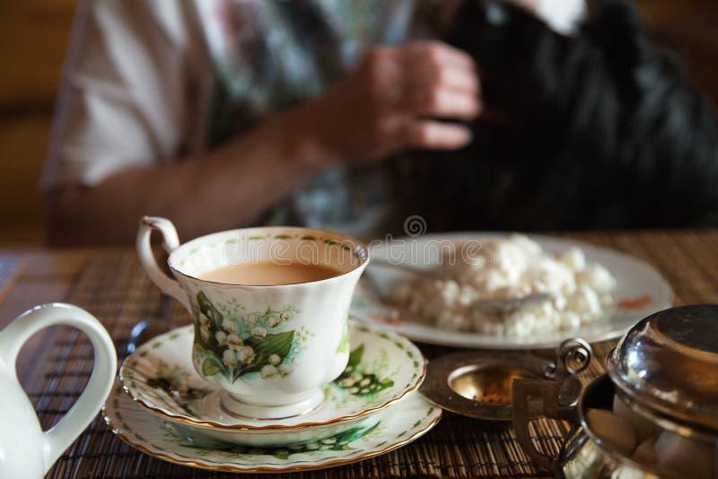 Chá caseiro do café da manhã com leite e requeijão Chá da manhã imagens de stock royalty free