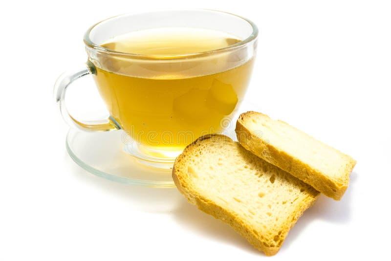Chá com o biscoito isolado no fundo branco fotos de stock