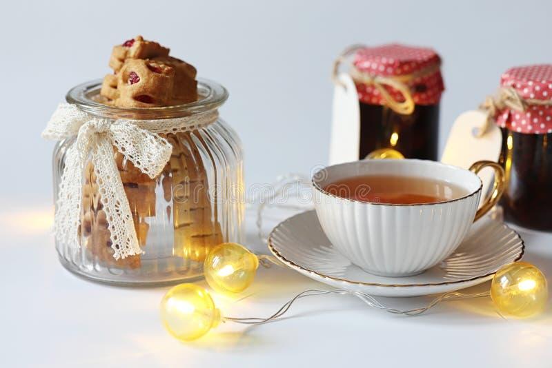 Chá com pastelarias para doces do café da manhã e pastelarias com porcas f imagem de stock