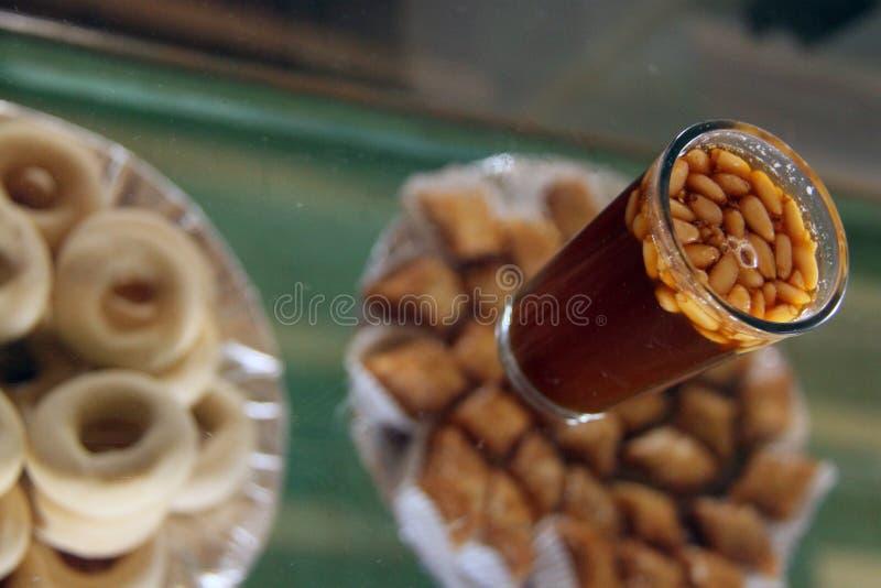 Chá com porcas de pinho imagem de stock
