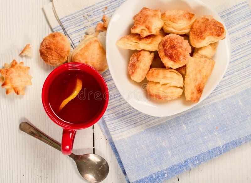 Chá com um limão e as cookies da massa folhada fotos de stock