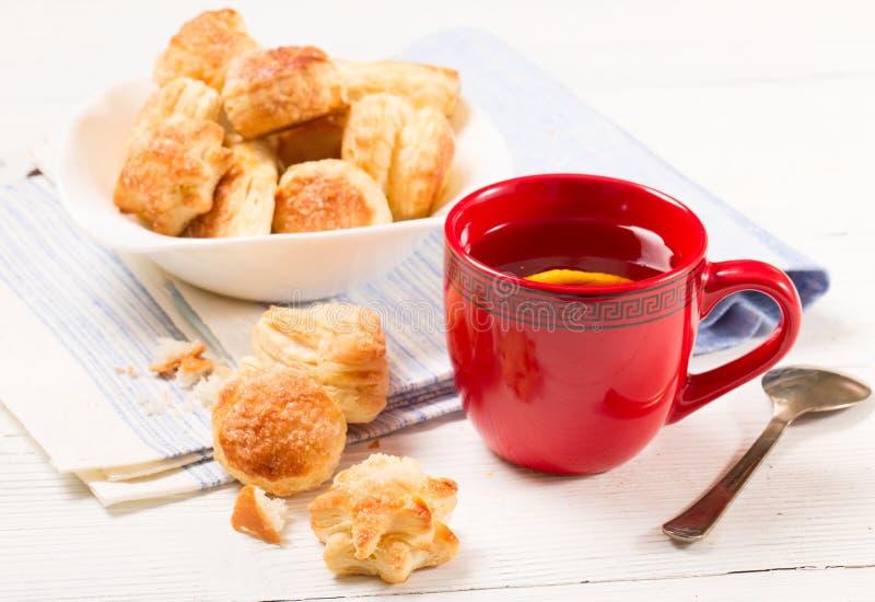 Chá com um limão e as cookies da massa folhada imagem de stock royalty free