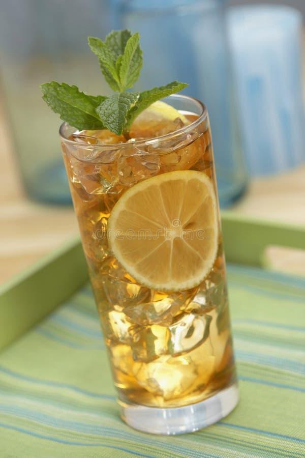 Chá congelado com limão e hortelã fotografia de stock