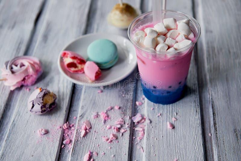 Chá da bolha na cor cor-de-rosa e azul em um copo plástico com uma palha Cores macias, bonitas imagem de stock royalty free