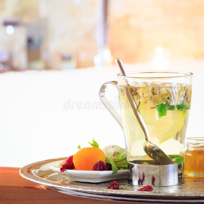 Chá de camomila perto do Jacuzzi Fundo dos Valentim Conce romance fotos de stock