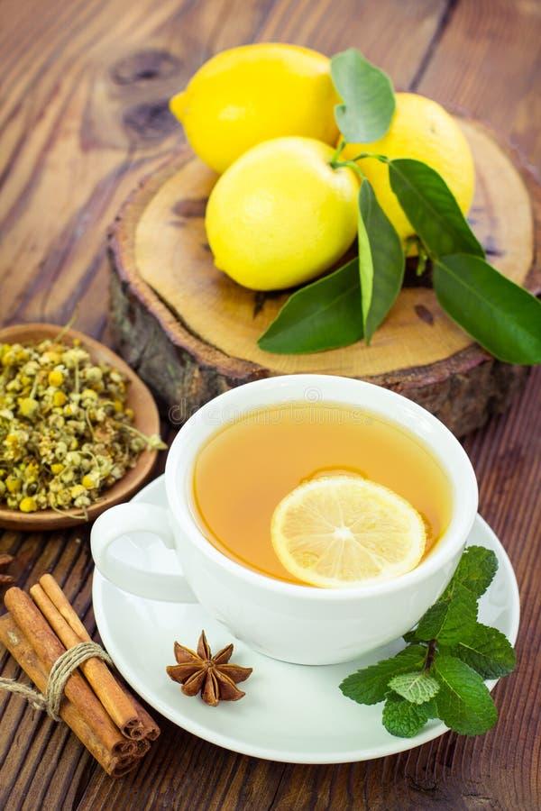 Chá de camomila quente foto de stock royalty free