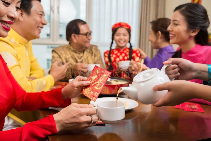 Chá de derramamento imagens de stock royalty free