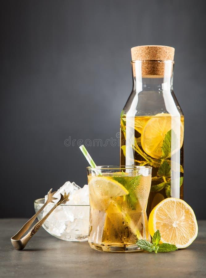 Chá de gelo com limão e hortelã fotos de stock