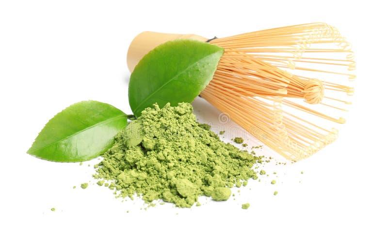 Chá de Matcha, folhas do verde e batedor de ovos do bambu fotografia de stock