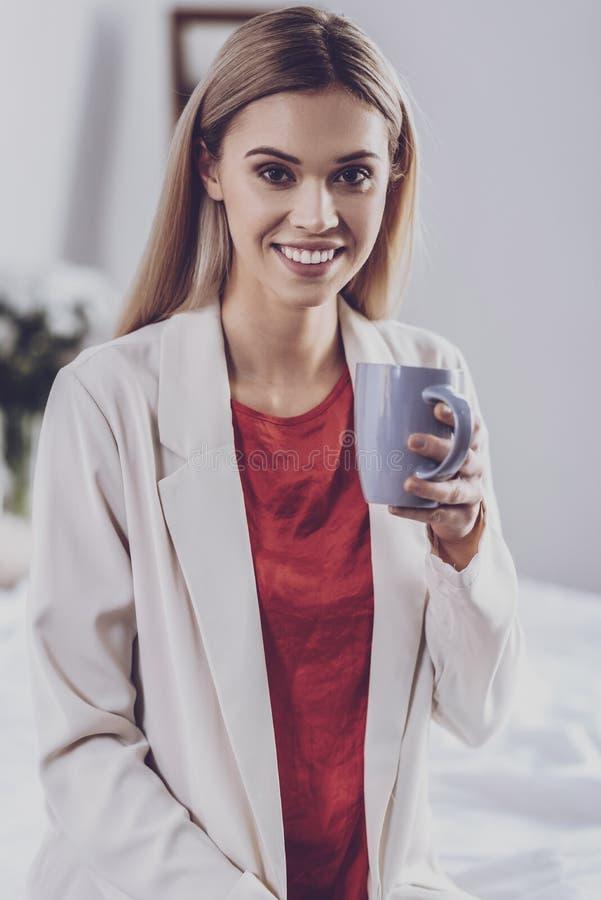 Chá de refrescamento bebendo da jovem mulher foto de stock