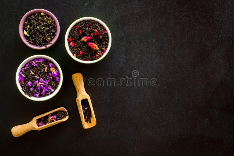 Chá diferente para brew sobre fundo preto sobre espaço de visão superior para texto imagens de stock royalty free