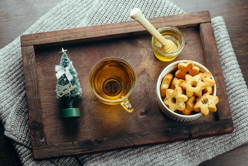 Chá do café da manhã do feriado de inverno, mel e cookies da estrela em uma bandeja de madeira fotos de stock