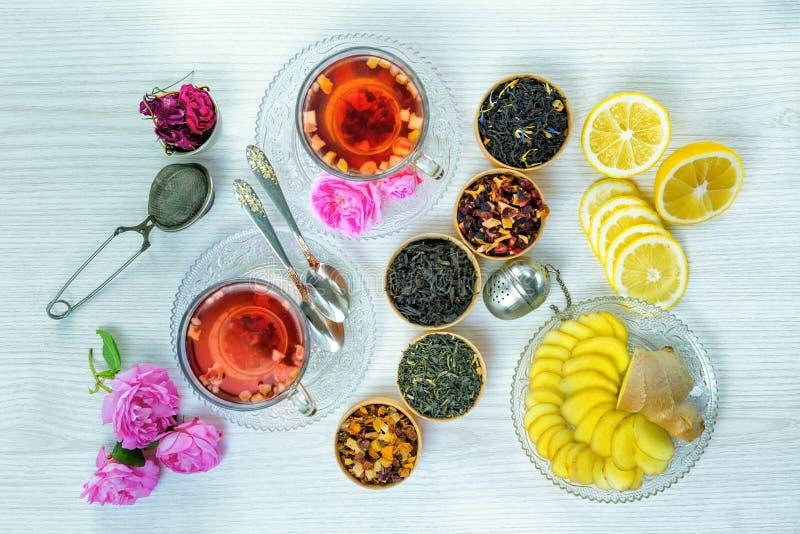 Chá, chá do fruto, copo do chá, vários tipos do chá, chá na tabela imagens de stock royalty free