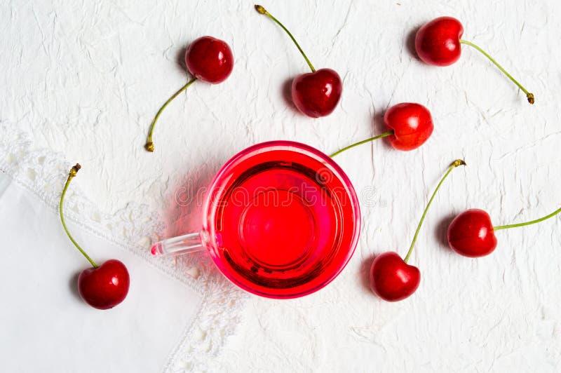 Chá do fruto da cereja com frutos frescos fotos de stock